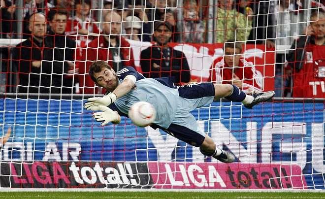 Nos es muy habitual que un portero detenga tres penaltis en un mismo partido. Iker detuvo uno en el tiempo reglamentario y dos en la tanda.