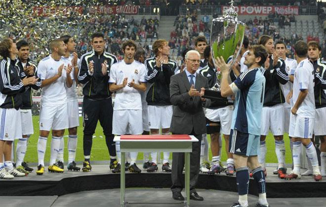 El capit�n del Real Madrid levant� el trofeo tras ganar el homenaje a Beckenbauer.