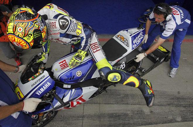 El piloto italiano de Yamaha MotoGP Valentino Rossi monta en su moto durante la primera sesi�n de entrenamiento del Gran Premio de la Rep�blica Checa en Brno.