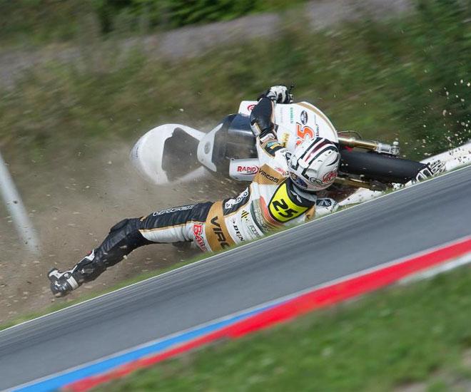 El piloto italiano de Moto2 se fue al suelo durante los primeros entrenamientos libres en Brno.