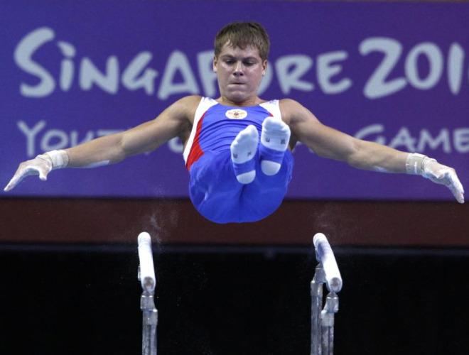 El gimnasta Daniil Kazachkov, durante un ejercicio de paralelas en los Juegos de la Juventud que se est�n disputando en Singapur.