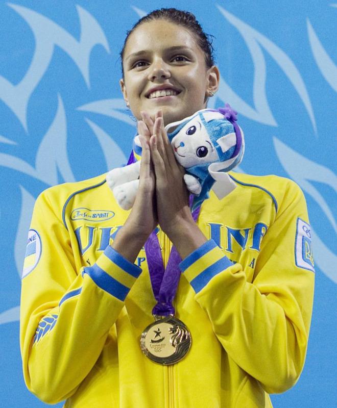La ucraniana Daryna Zevina parece dar gracias a Dios tras conseguir la medalla de oro en los 100 metros espalda de los Juegos Ol�mpicos de la Juventud en Singapur.