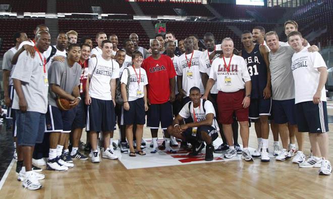 La selecci�n estadounidense de baloncesto ya se encuentra entrenando en Madrid para diputar un torneo amistoso ante la selecci�n espa�ola en la Caja M�gica. Los norteamericanos se icieron la foto de familia de rigor.