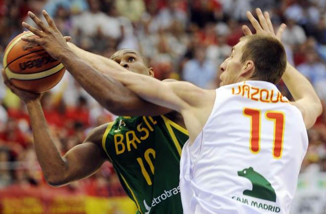 Fran V�zquez no solo brilla en ataque, tambi�n defiende. El brasile�o Leandro Barbosa lo tiene muy complicado para superar al pivot de Chantada, en el amistoso disputado en Logro�o entre Espa�a y Brasil.
