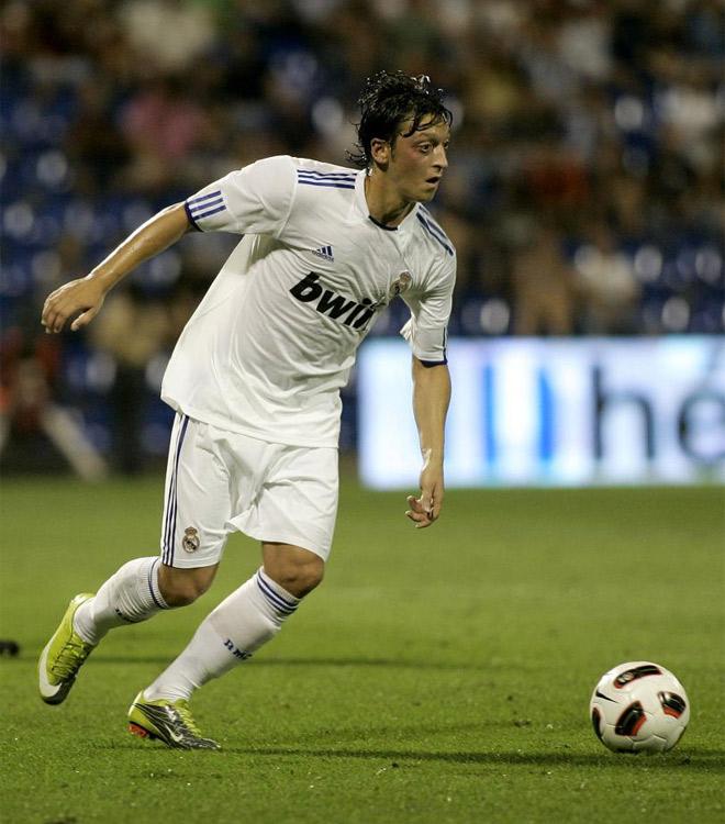 �zil jug� su primer partido con la camiseta del Real Madrid. Lo hizo de titular. Actu� una hora y dej� una asistencia a Di Mar�a para el recuerdo.