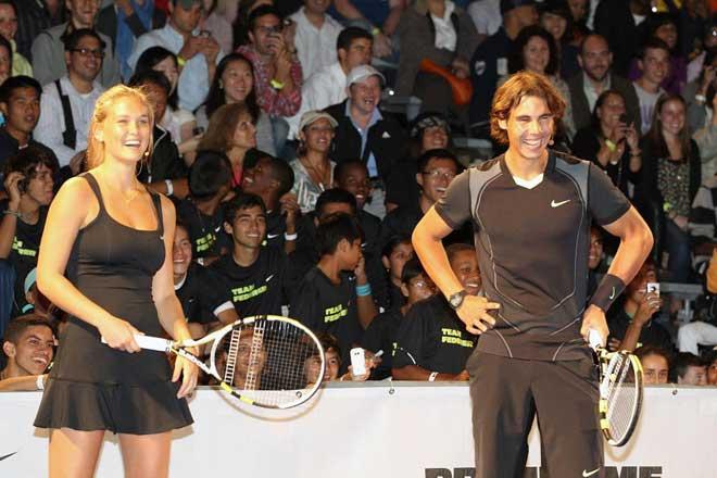 Bar Refaeli, top model y novia de Leondardo DiCaprio, promocion� junto a Rafa Nadal el US Open en el Nike Primetime Knockout que se disput� en Nueva York.