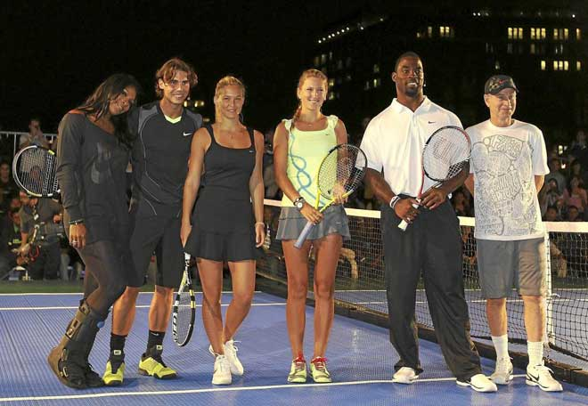 Serena Williams, Rafael Nadal ,Bar Refaeli,Victoria Azarenka, Justin Tuck y John McEnroeposando en el Nike Primetime Knockout Tennis Event para promocionar el US Open.