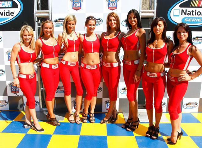 Las conocidas como chicas del paddock posando justo antes del arranque de una carrera de la NASCAR en Montreal.