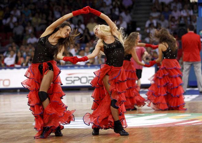 Integrantes de las cheerleaders del CSKA de Moscú durante una de sus actuaciones en el Mundial de baloncesto en Turquía.