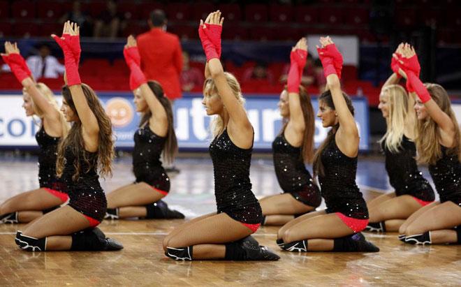 Integrantes de las cheerleaders del CSKA de Mosc� durante una de sus actuaciones en el Mundial de baloncesto en Turqu�a.