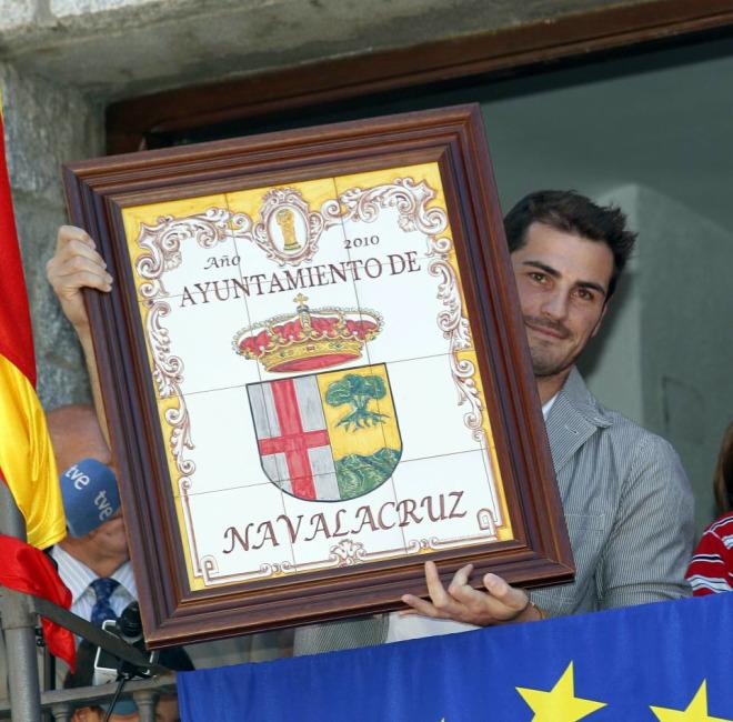 Iker Casillas fue nombrado Hijo Predilecto de Navalacruz, el pueblo de sus padres y sus abuelos. El homenaje emocion� al portero.