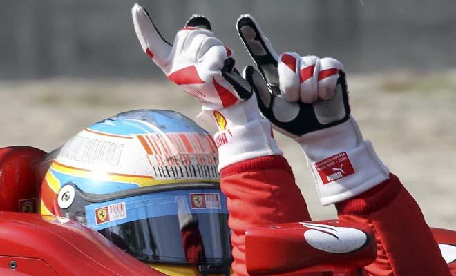 Alonso celebra sobre el coche en el Gran Premio de casa para Ferrari. Monza fue un clamor en favor del asturiano.