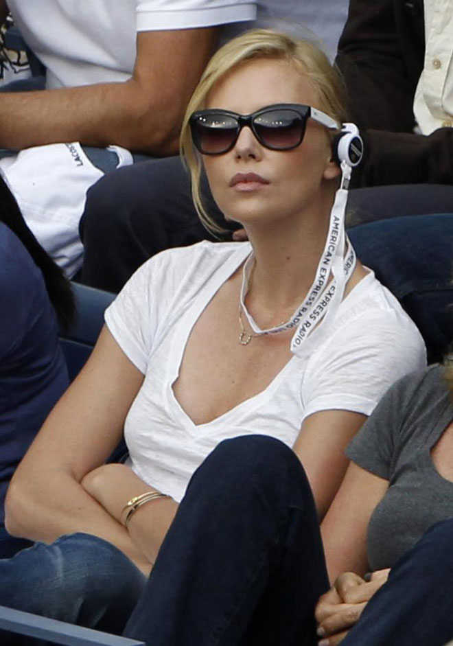 La oscarizada Charlize Theron, inolvidable chica Martini, siempre que puede se acerca a lo torneos de tenis m�s importantes. En el US Open no pas� desapercibida.