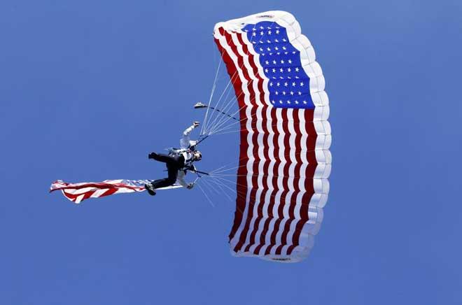 Un patriótico paracaidista intentando tomar tierra durante la interpretación del himno de Estados Unidos en los prolegómenos del partido de la NFL entre Chargers y Jaguars.