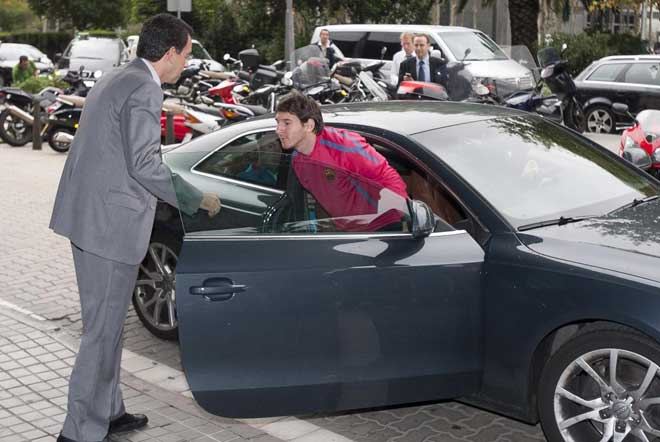 Leo Messi llegando al hospital para someterse a las pruebas que dictaminarán el verdadero estado de su maltrecho tobillo.