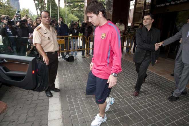 Las pruebas m�dicas a las que Lionel Messi ha sido sometido en el Hospital de Barcelona revelaron que sufre un esguince de los ligamentos del tobillo derecho.