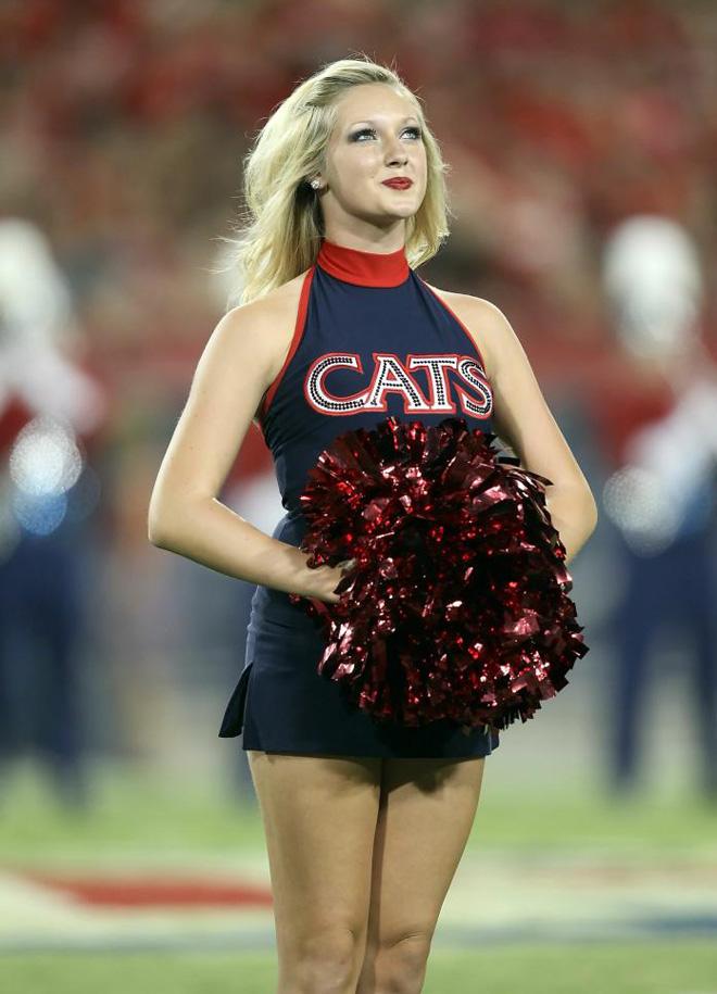Una de las cheerleaders de los Arizona Wildcats (gatos salvajes) durante el partido de fútbol americano que enfrentó a su universidad contra California.