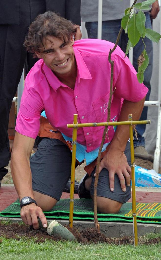 Rafael Nadal, el mejor tenista del mundo, participando en una campa�a para plantar �rboles en Tailandia.