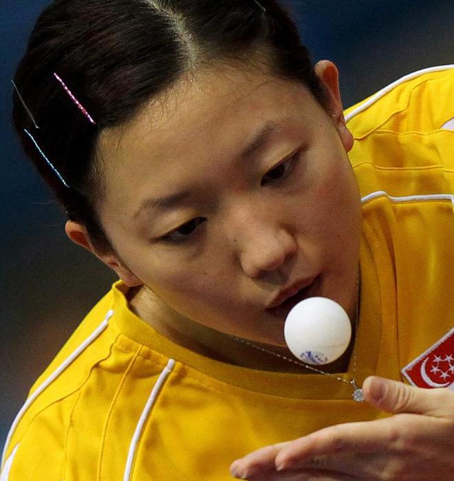 Jiawei Li de Singapur sirve la pelota a Georgina Pota de Hungría durante la Copa del Mundo de Tenis de Mesa por Equipos 2010 disputada en Dubai.