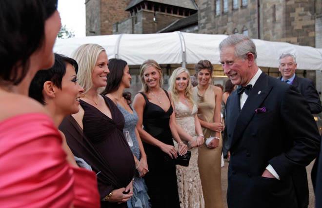 El Pr�ncipe Carlos de Inglaterra, dialoga con las mujeres y novias de los miembros del equipo europeo de la Ryder, justo antes de la cena de gala en el Castillo de Cardiff (Wales)
