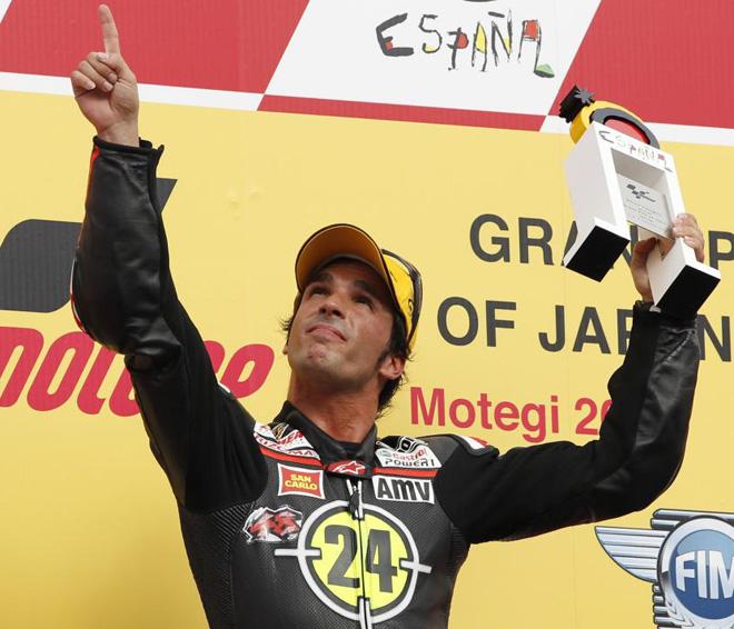 Toni El�as en el podio del Gran Premio de Jap�n tras imponerse en la prueba de Moto2.