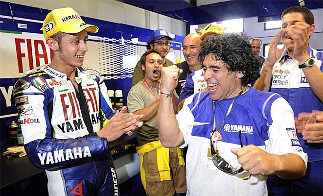 Maradona celebra una victoria de Valentino Rossi en el Mundial de Motociclismo
