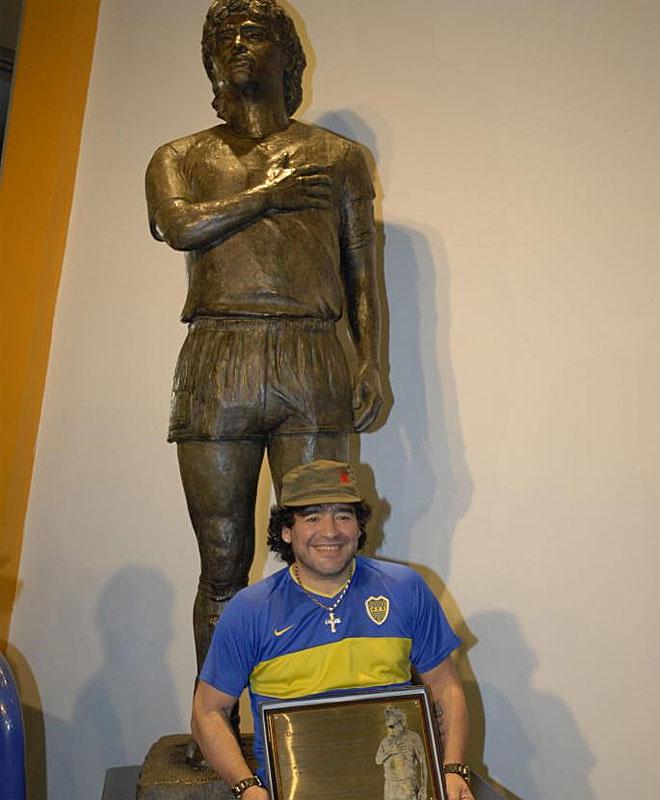 Maradona posa junto a una estatua suya en el museo de Boca Juniors