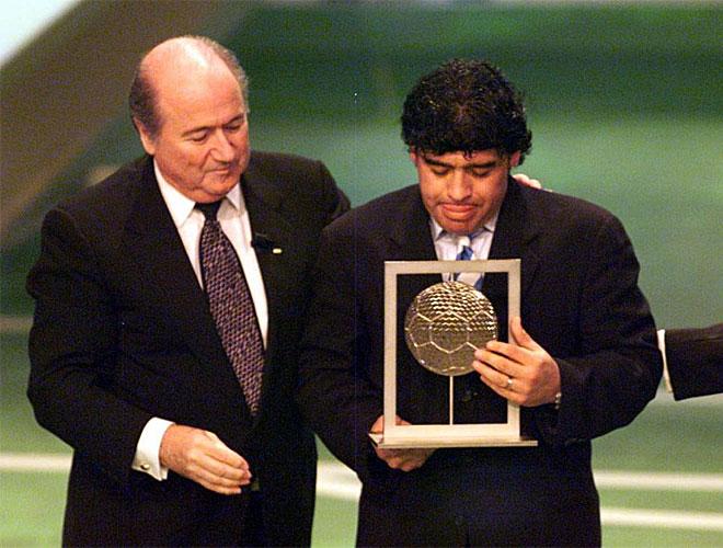 El considerado por muchos como mejor jugador de la historia recibe el premio a mejor futbolista del siglo de las manos de Joseph Blatter