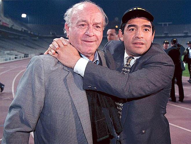 Maradona abraza a don Alfredo Di St�fano. Probablemente los dos mejores jugadores que ha dado el f�tbol argentino