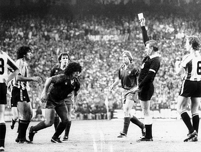 Maradona se despidi� de la manera m�s amarga posible del club catal�n. Aquella t�ngana con el Athletic en la final de Copa y la posterior sanci�n forzaron su salida de la Ciudad Condal