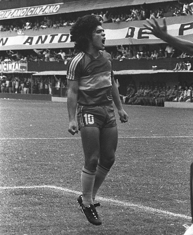 Maradona abandon� Argentinos Juniors para jugar en Boca. All� comenzar�a un romance que a�n se mantiene