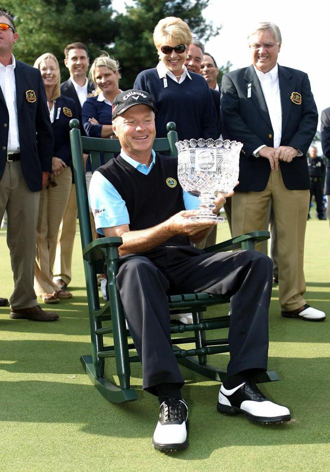 Gary Hallberg celebrando su triunfo en el torneo de golf de Ensure Classic.
