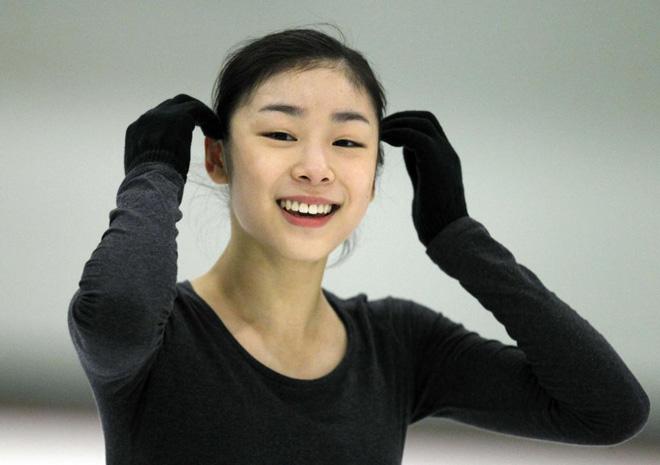 La coreana Kim Yu-na, la gran estrella del patinaje sobre hielo, sonriendo en un entrenamiento junto a su nuevo entrenador Peter Oppegard.