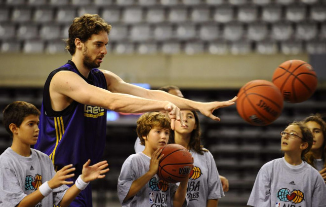 El ala pívot de los Lakers, al igual que sus compañeros, compartió parte de la mañana en el Palau de Sant Jordi con un grupo de niños con el que ejerció de profe.