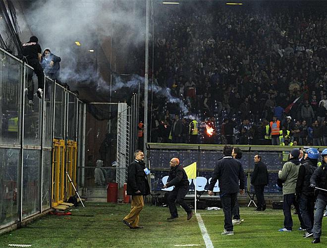 El estadio de G�nova se transform� en un improvisado territorio de batalla por la violencia protagonizada por los aficionados de Serbia