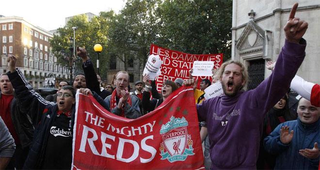 Los seguidores del Liverpool se manifestaron en Londres para denunciar la situaci�n actual que vive el conjunto de Reina y Fernando Torres.