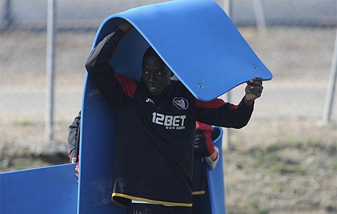 El Sevilla prepara su visita al Molinón con intensas sesiones de entrenamiento. Dabo se esconde debajo de una colchoneta para relajarse un poco.