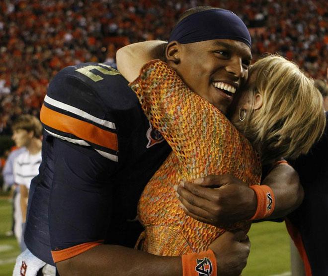 Cam Newton, quaterback de la Universidad de Auburn, recibiendo una cariñosa felicitación tras el partido contra la Universidad de Arkansas.