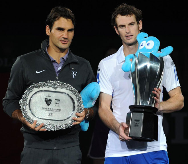 Andy Murray, ganador del torneo de Shanghai, posando junto al finalista Roger Federer. El británico se llevó la gran final por 6-3 y 6-2.