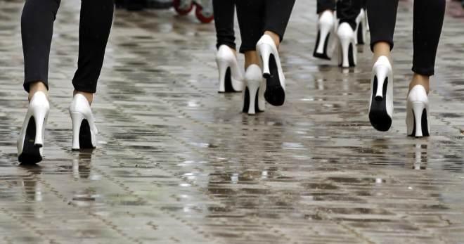 Las azafatas del Gran Premio de Corea de F�rmula 1 tuvieron que lidiar con sus tacones en el suelo mojado del circuito.