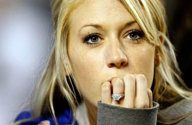 Una aficionada de los Air Force Falcons, de la liga universitaria, viendo el partido ante de su equipo.