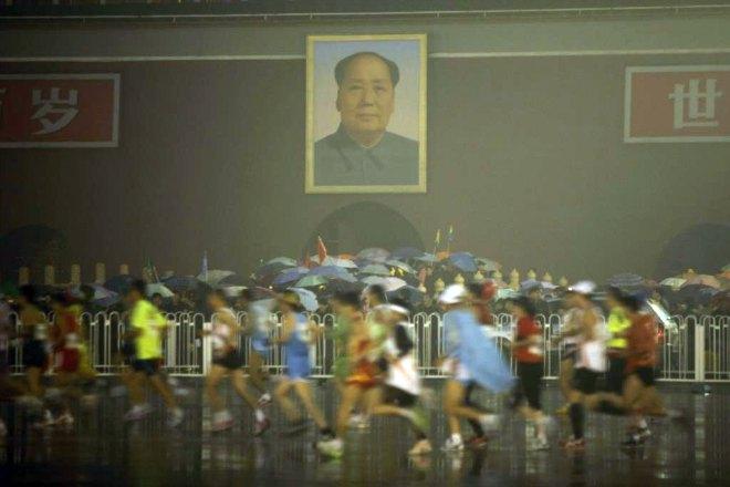 La lluvia y el fr�o fueron protagonistas en un marat�n de Pek�n ganado por Siraj Gena y Wang Jianli.
