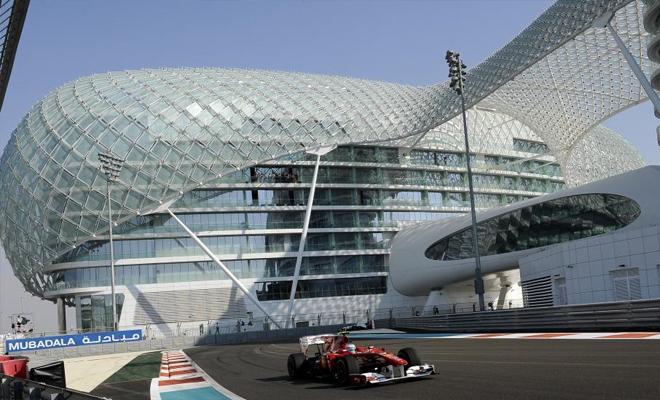 El Ferrari de Fernando Alonso rueda en los entrenamientos de hoy, viernes, por el espectacular circuito de Abu Dhabi