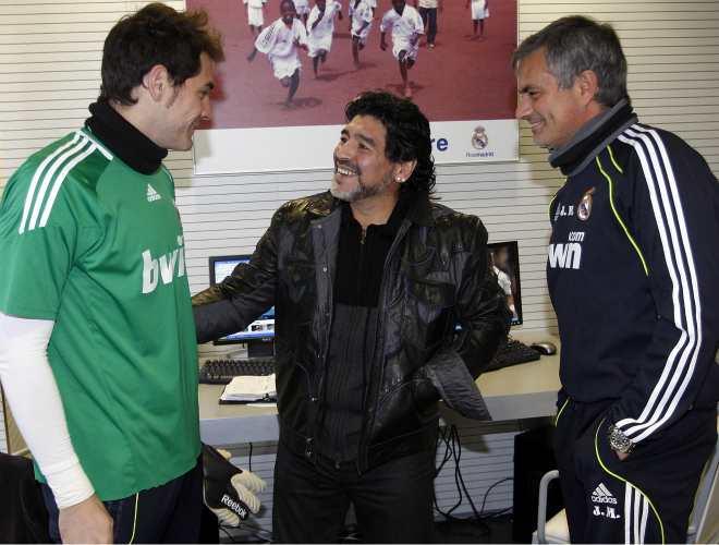 En presencia de Mourinho, Maradona y Casillas, dos de los pocos futbolistas del mundo que han tenido la fortuna de levantar la Copa del Mundo, tambi�n charlaron unos minutos.