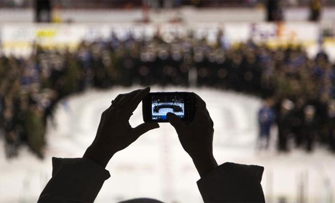 Curiosa imagen en las gradas de la NHL.