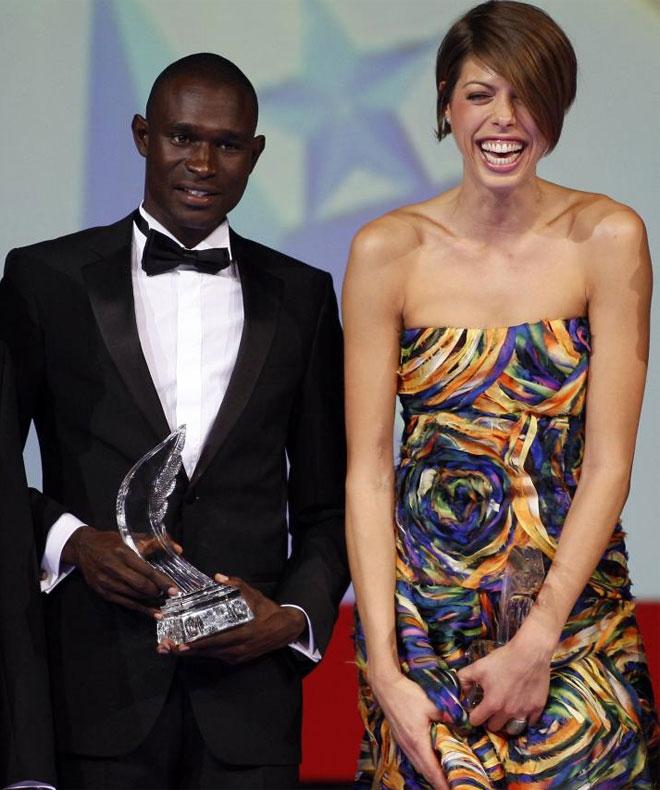 David Rudisha y Blanka Vlasic posan con el trofeo a mejores atletas del a�o 2010 seg�n la IAAF tras una ceremonia celebrada en M�naco.