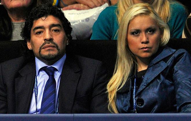 Maradona y su actual pareja Ver�nica Ojeda presencian el partido de la Copa Masters entre Berdych y Djokovic en Londres.