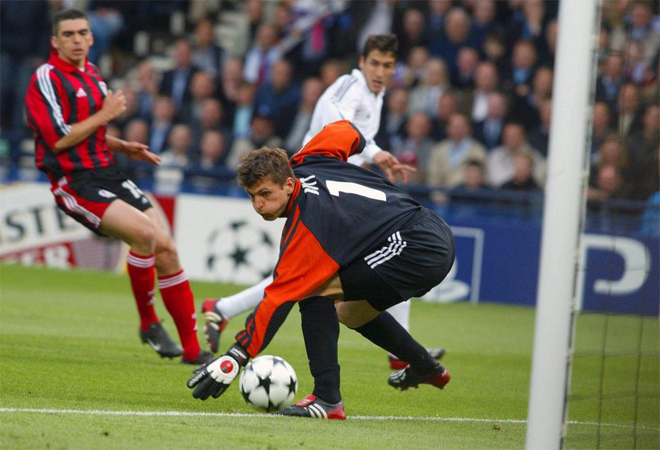 El '7' del Real Madrid aprovech� un r�pido saque de banda de Roberto Carlos para hacer el primero de aquellas final.