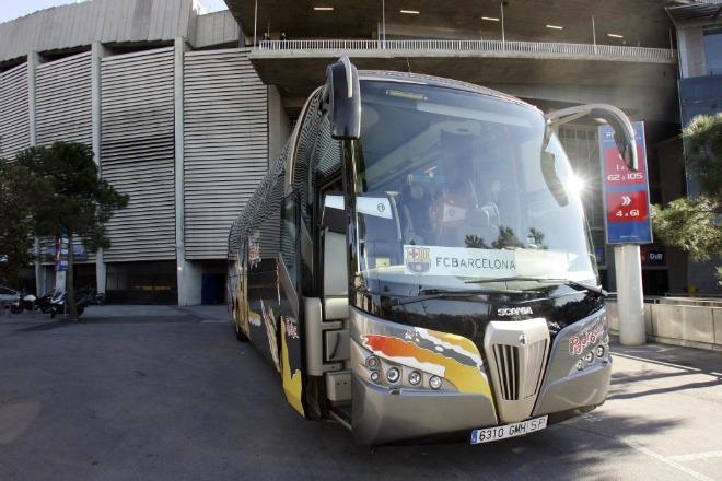 El autob�s del equipo estuvo toda la ma�ana en el Camp Nou, preparado para salir hacia Pamplona en el caso de que al final el equipo decidiera viajar a Navarra por carretera.