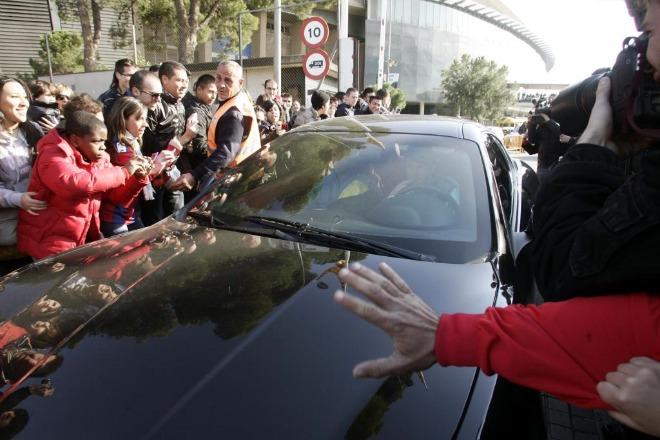 Los jugadores del Barcelona acudieron al Camp Nou a primera hora de la ma�ana. Alli les dir�an si finalmente pod�an viajar a Pamplona en avi�n o hab�a cambio de planes. En la foto, Messi abandonando el estadio cul� tras conocer el nuevo plan de viaje.